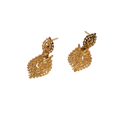 Des boucles d'oreilles en or